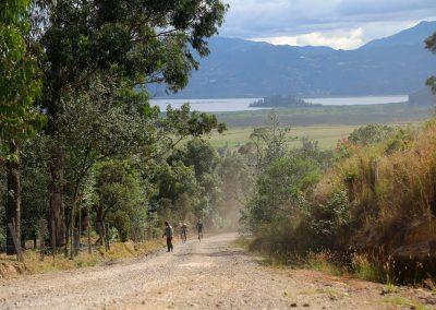 Paisaje en medio de la ruta con el Embalse de Tominé y las montañas de fondo que adornan el trazado
