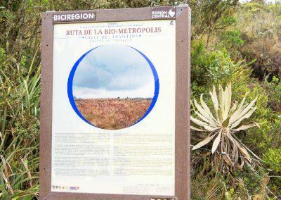 Baliza informativa que se encuentra al costado del trazado con información sobre el valle del frailejón.